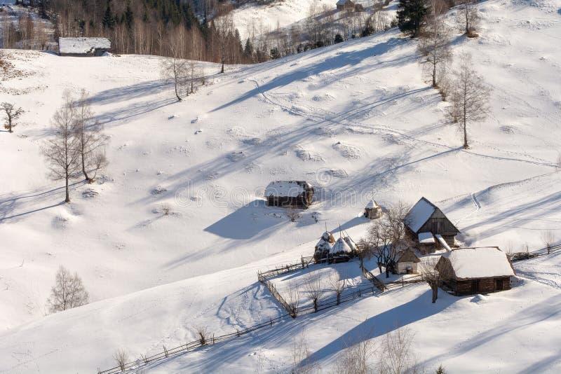 As casas tradicionais inverno em Romênia, a Transilvânia em montanhas Carpathian ajardinam fotos de stock royalty free
