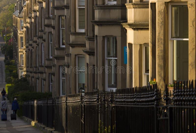 As casas vitorianos da colônia fizeram do arenito em Edimburgo, Escócia fotos de stock royalty free