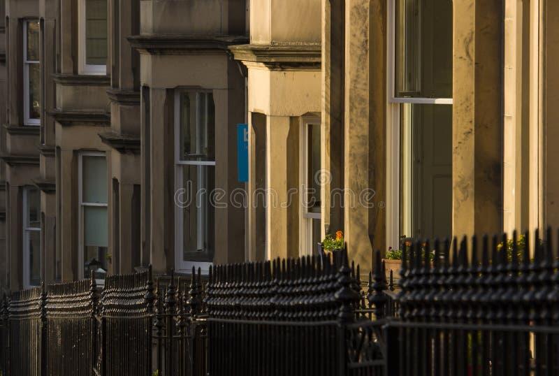 As casas vitorianos da colônia fizeram do arenito em Edimburgo, Escócia fotografia de stock