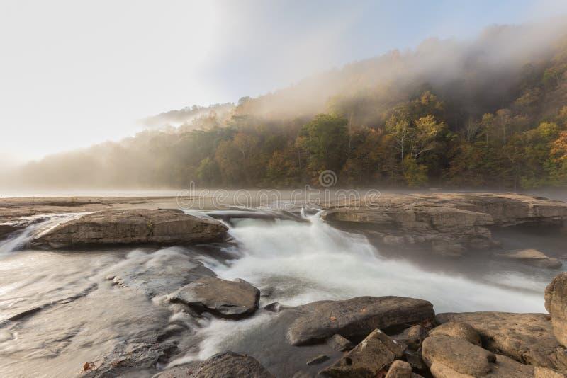 As cascatas do rio de Tygart sobre rochas no vale caem parque estadual fotografia de stock
