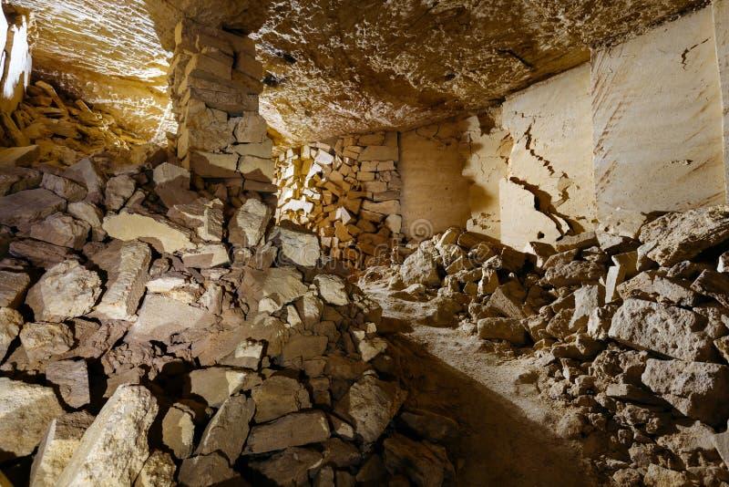 As catacumbas as mais grandes no mundo A sala pequena nas catacumbas de Odessa fotos de stock royalty free