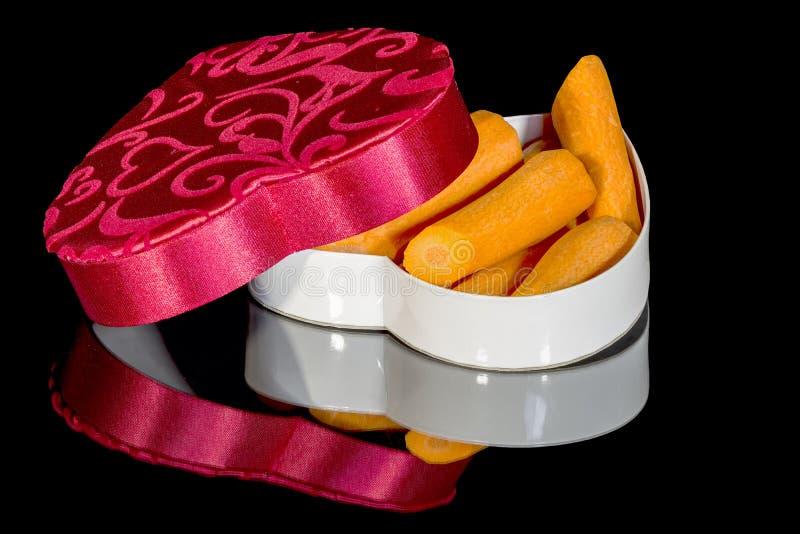 As cenouras em uns doces encaixotam usado para o dia de Valentim fotos de stock