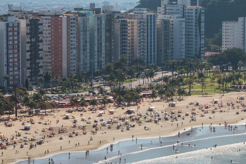As centenas apreciam atividades da praia do fim de semana no Sao Vicente Brazil fotos de stock