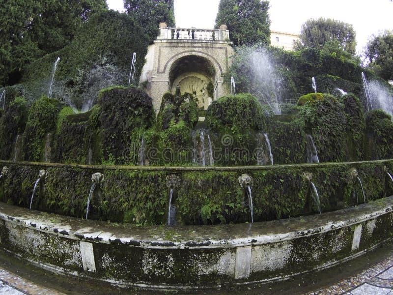 As centenas de fontes Cento Fontane nos belos jardins de Villa D'Este, em Tivoli, Itália fotos de stock royalty free