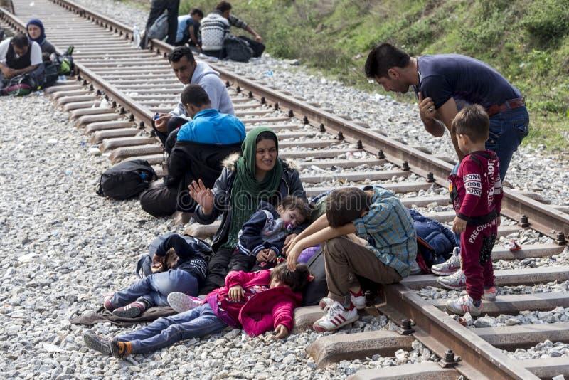 As centenas de imigrantes estão em uma espera na beira entre Greec foto de stock royalty free