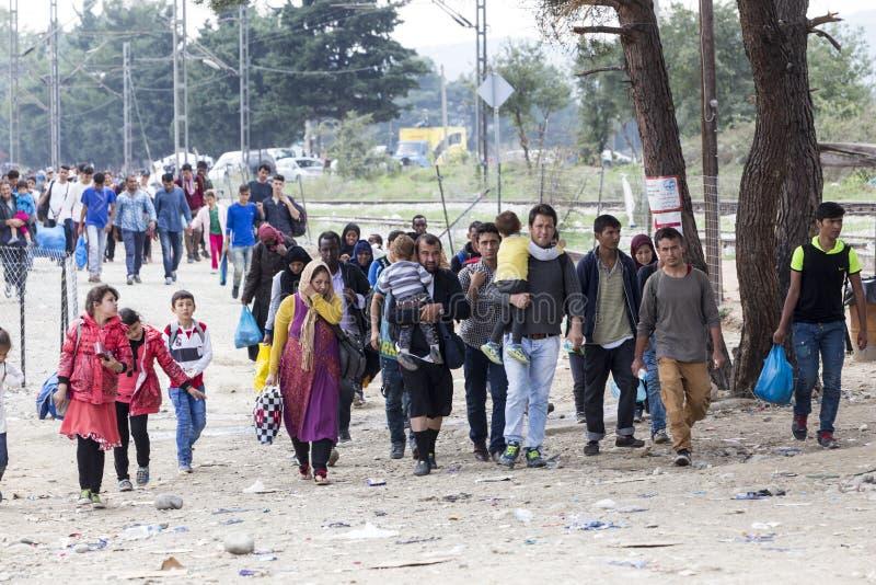 As centenas de imigrantes estão em uma espera na beira entre Greec fotos de stock