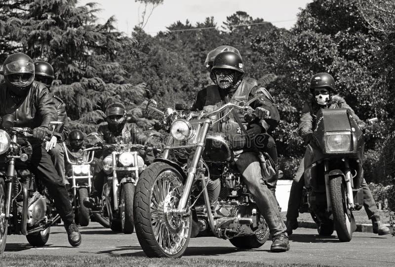 As centenas de motociclistas do grupo do bikie chegam amigo caído funeral do irmão fotos de stock