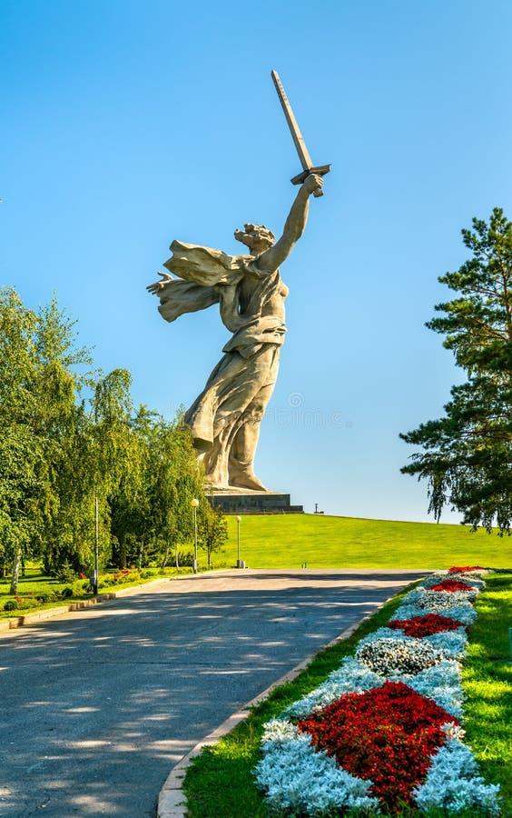 As chamadas da pátria, uma estátua colossal em Mamayev Kurgan em Volgograd, Rússia fotografia de stock royalty free