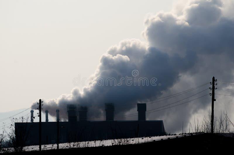 As chaminés múltiplas do central elétrica do combustível fóssil de carvão emitem-se a poluição do dióxido de carbono fotos de stock royalty free