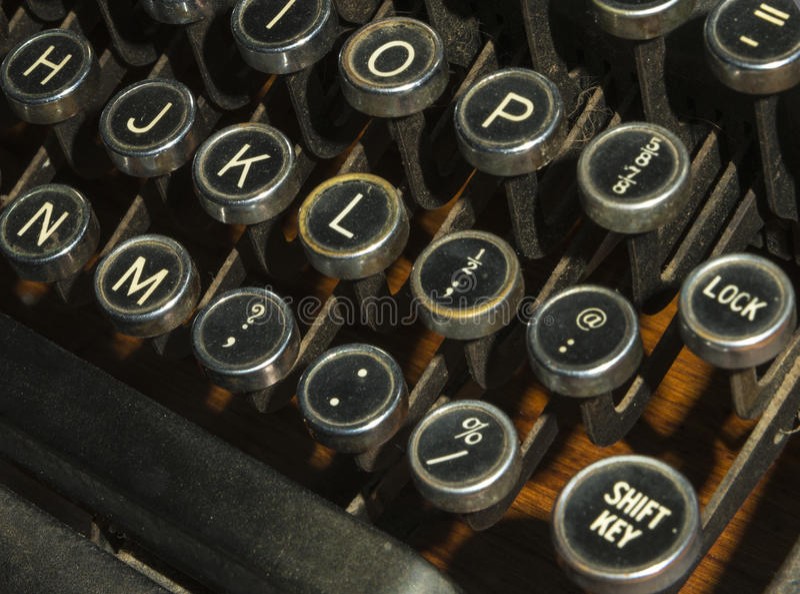 As chaves antigas da máquina de escrever fecham-se acima fotografia de stock