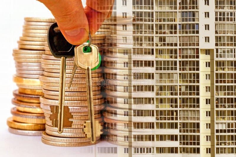 As chaves ao apartamento em um fundo do dinheiro e das casas fotos de stock