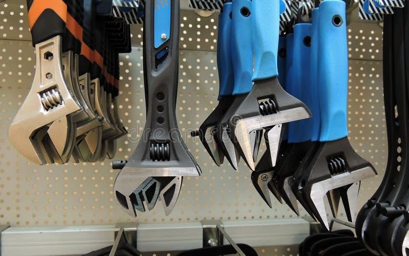 As chaves coloridas do aperto na prateleira no hardware compram foto de stock royalty free