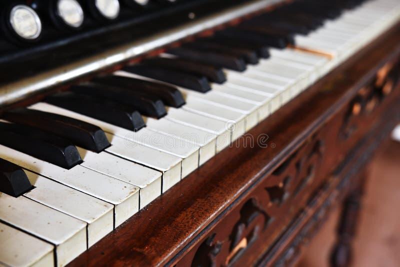 As chaves do piano do vintage fecham-se acima foto de stock royalty free