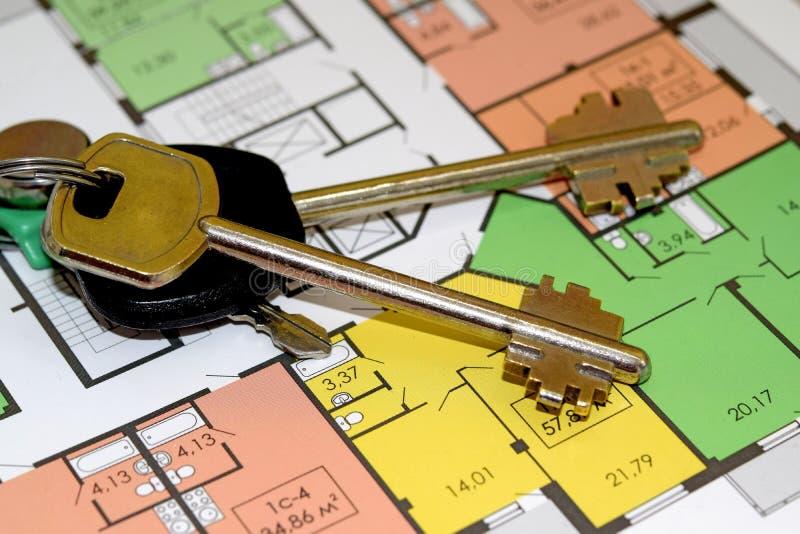 As chaves e a disposição de um apartamento novo foto de stock