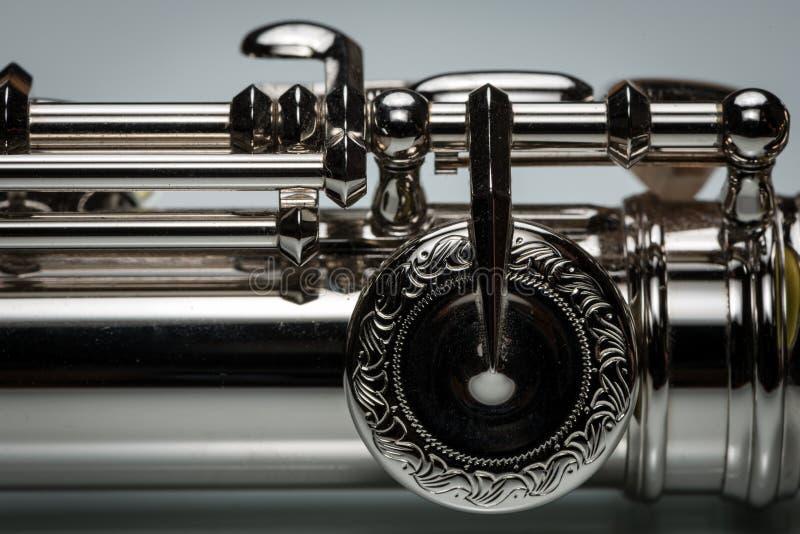 As chaves gravadas de uma platina chapearam a flauta de prata fotografia de stock