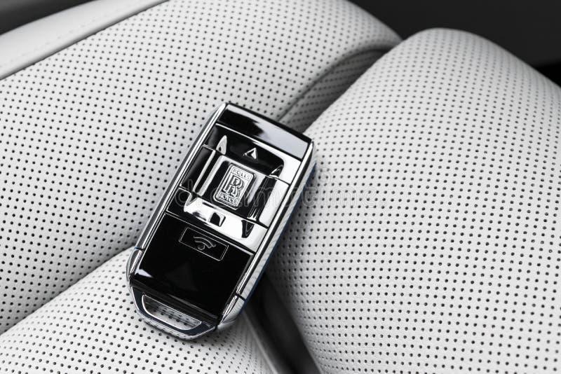 As chaves sem fio novas de Rolls Royce Cullinan no interior de couro perfurado branco Clos chaves sem fio luxuosos de Rolls royce imagens de stock royalty free
