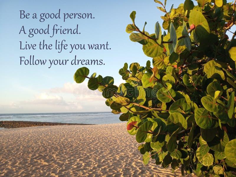 As citações inspiradas sejam uma boa pessoa Um bom amigo Viva a vida onde você quer Siga seus sonhos Com Sandy Beach branco abaix fotos de stock
