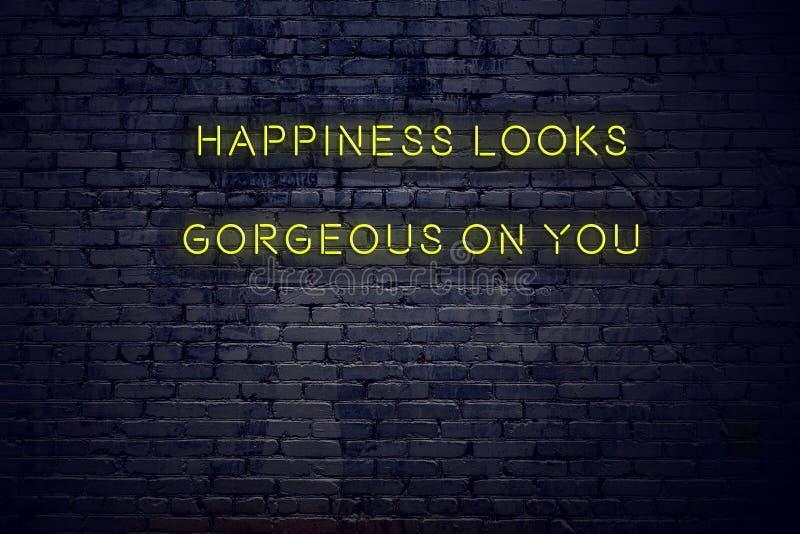 As citações inspiradores positivas no sinal de néon contra a felicidade da parede de tijolo olham lindos em você ilustração do vetor