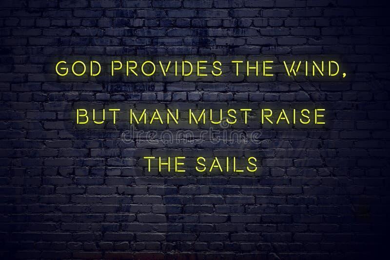 As citações inspiradores positivas no sinal de néon contra o deus da parede de tijolo fornecem o vento mas o homem deve aumentar  ilustração royalty free