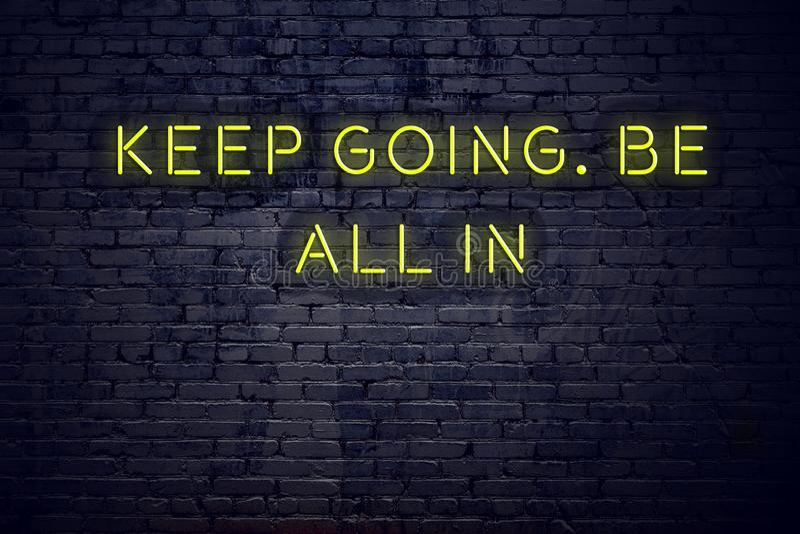As citações inspiradores positivas no sinal de néon contra a parede de tijolo mantêm-se ir sejam todas dentro ilustração do vetor