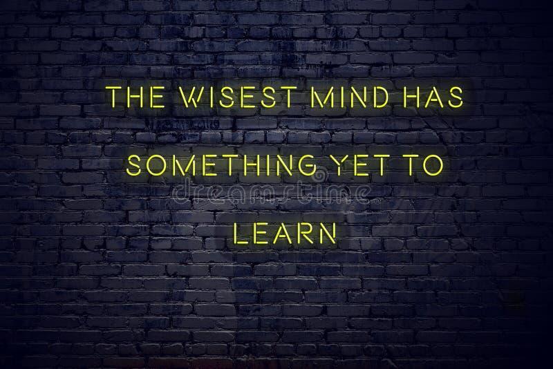 As citações inspiradores positivas no sinal de néon contra a parede de tijolo a mente a mais sábia têm algo aprender ainda ilustração do vetor