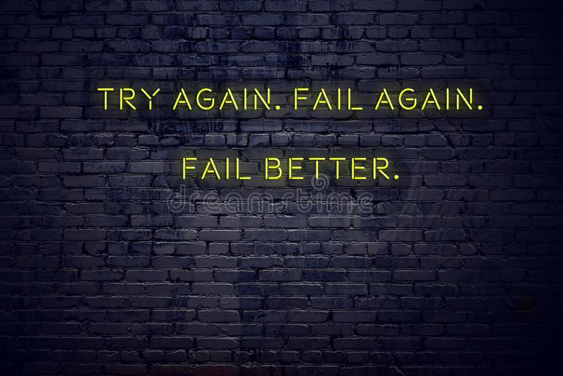 As citações inspiradores positivas no sinal de néon contra a parede de tijolo tentam outra vez outra vez não falham melhor ilustração do vetor