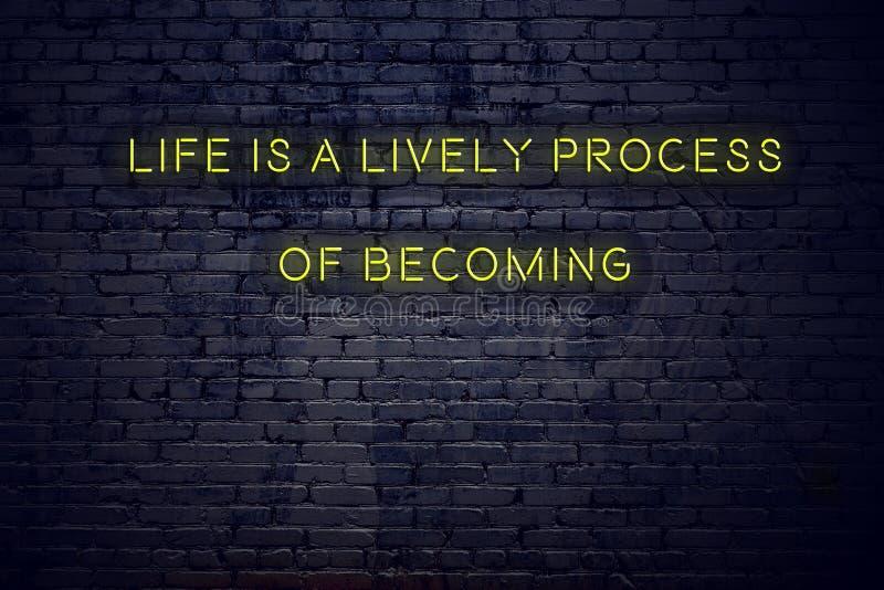 As citações inspiradores positivas no sinal de néon contra a vida da parede de tijolo são um processo vívido de tornar-se ilustração royalty free