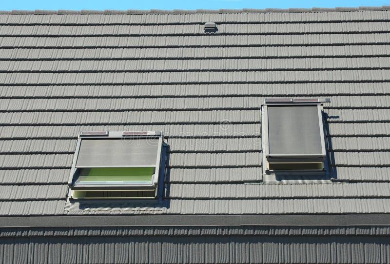As claraboias do sótão com telhado Windows protegem, as cortinas, cortinas para o uso eficaz da energia da casa Projeto exterior  fotografia de stock