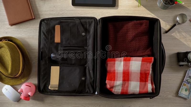 As coisas necessárias embalaram ordenadamente na mala de viagem, pessoa que vai em férias, vista superior imagem de stock royalty free