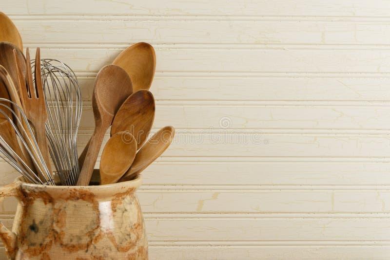 As colheres e o fio de madeira Whisks fotos de stock royalty free