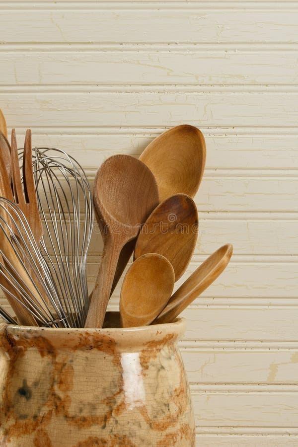 As colheres e o fio de madeira Whisks foto de stock