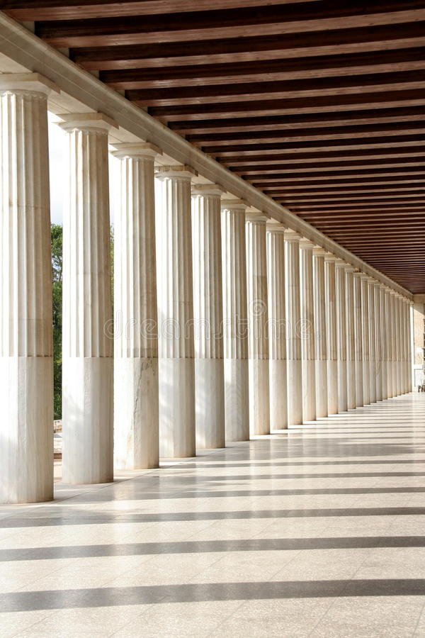 As colunas aproximam o Acropolis imagens de stock