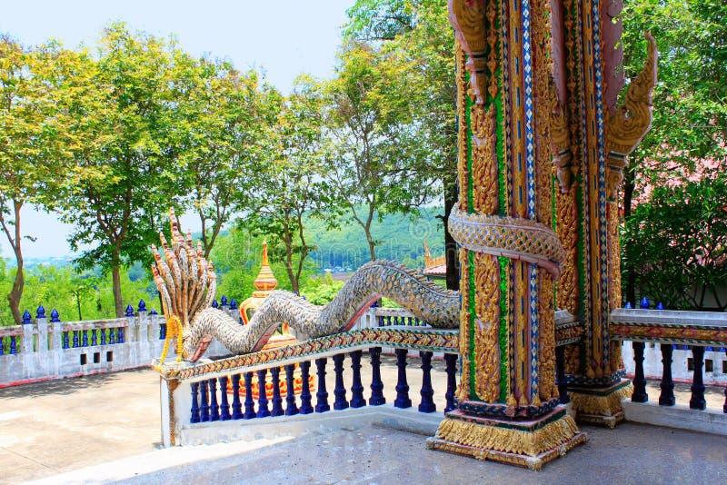 As colunas e os trilhos do dragão são coloridos e feitos de telhas de mosaico e de espelhos minúsculos As cores usadas são vermel foto de stock