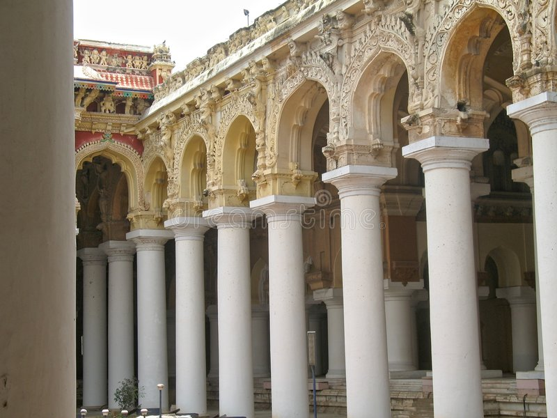 As colunas prendem os céus imagem de stock