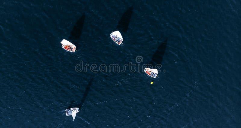 As competições aéreas do zangão ostentam os iate e os barcos brancos na água azul do mar imagem de stock