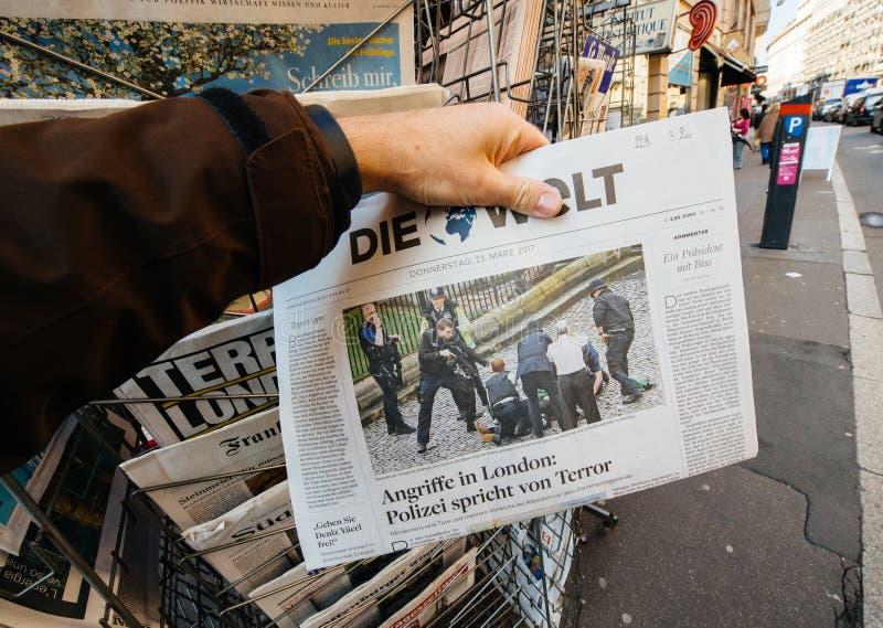 As compras do homem morrem jornal de Zeit do quiosque da imprensa após Londres a foto de stock