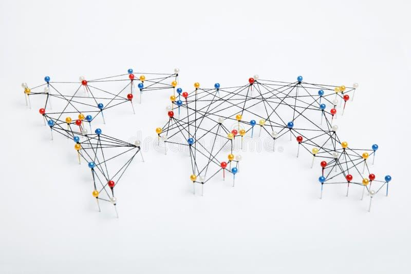As conexões do mundo traçam no fundo branco fotos de stock
