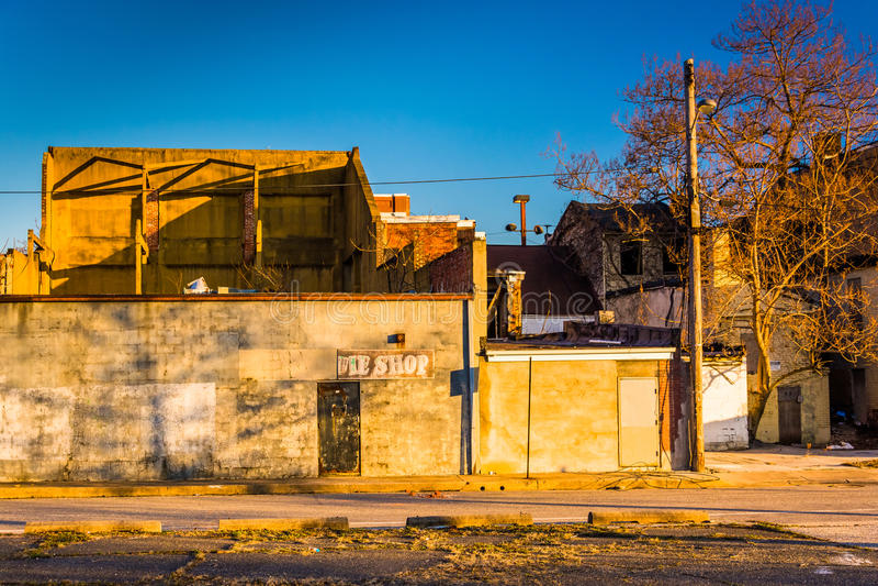 As construções abandonadas aproximam a alameda velha da cidade, em Baltimore, Maryland fotografia de stock royalty free