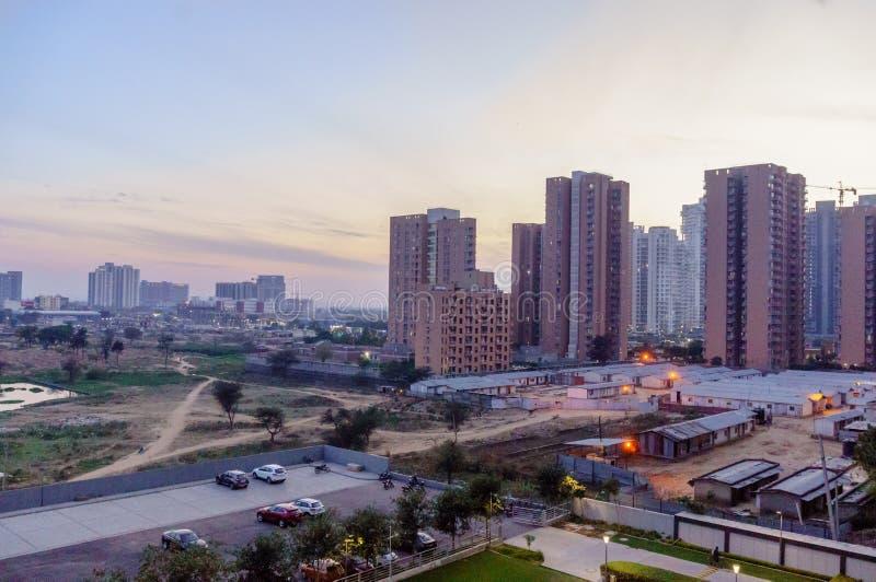 As construções altas da elevação no NCR de Deli do gurgaon dispararam no crepúsculo fotos de stock royalty free