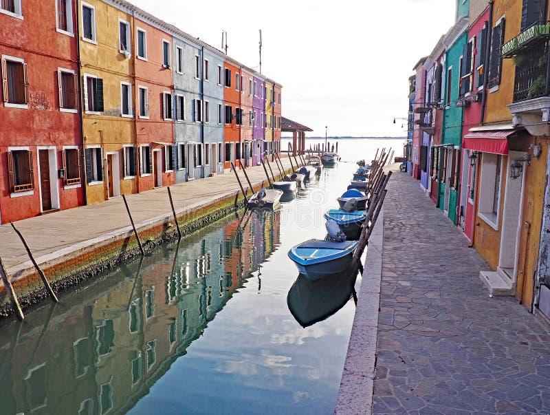 As construções coloridas refletem no canal na ilha de Burano em Itália imagem de stock royalty free