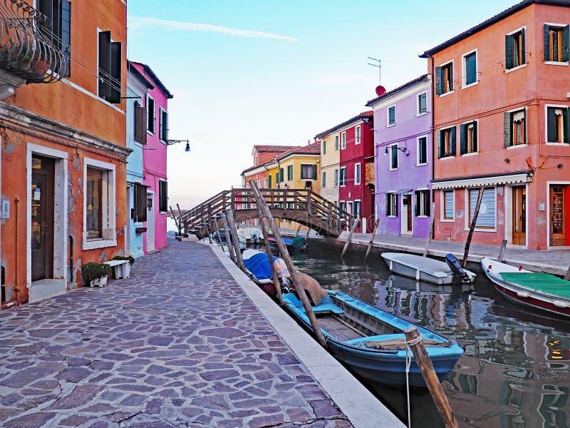 As construções coloridas refletem no canal na ilha de Burano em Itália imagens de stock royalty free