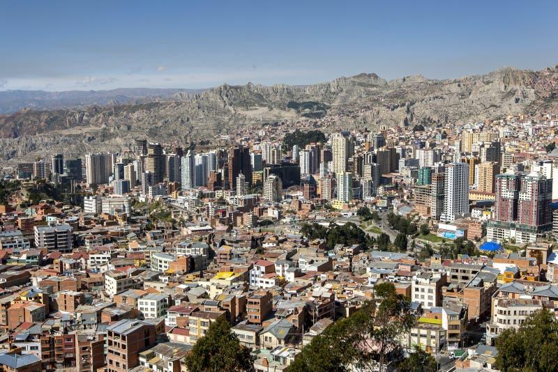 As construções de Highrise dominam a skyline espetacular de La Paz em Bolívia fotos de stock