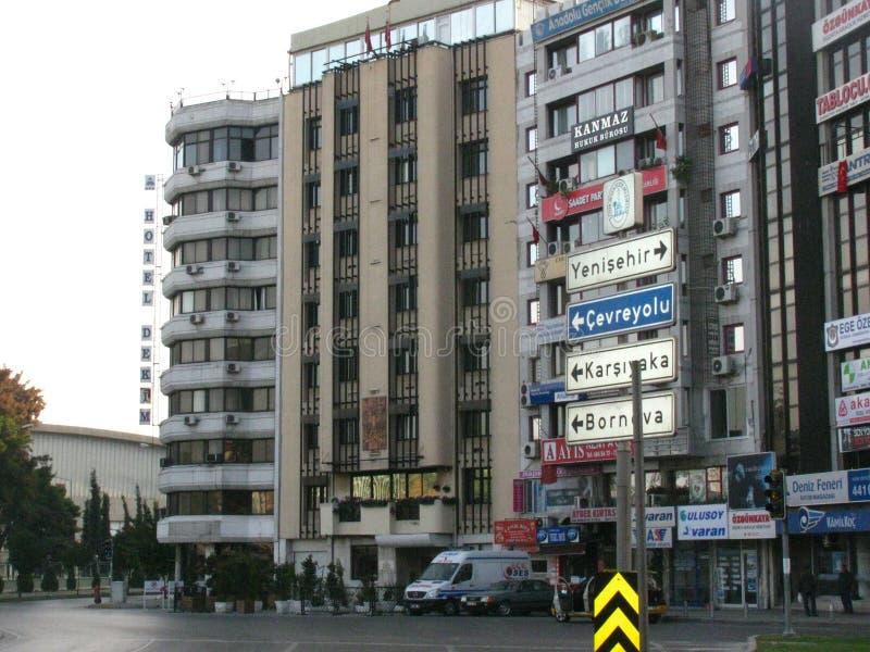 As construções de Izmir com um sinal de estrada foto de stock royalty free