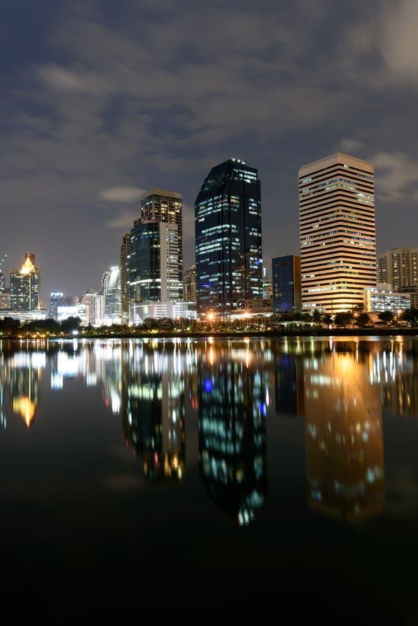 As construções modernas de Benchakitti estacionam com reflexão das luzes em n fotografia de stock