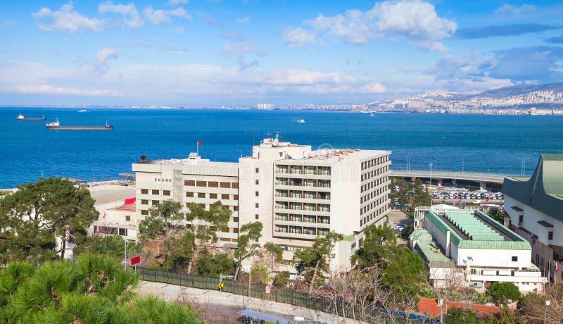 As construções modernas estão em costas de Izmir fotografia de stock