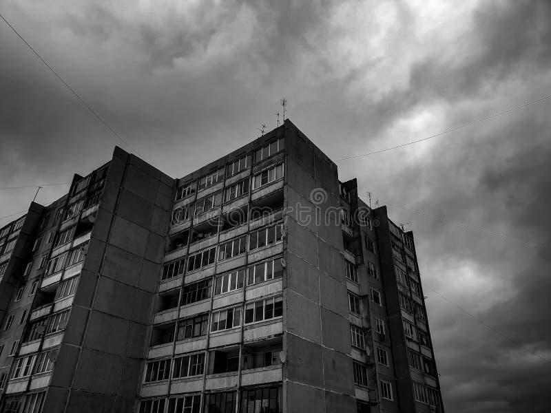 As construções preto e branco dos prédios Casa do arranha-céus do apartamento foto de stock royalty free