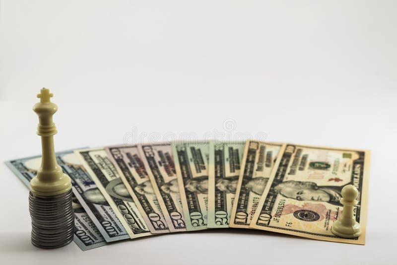 As contas de dinheiro do dólar dos E.U. e os centavos americanos das moedas espalharam em b branco imagens de stock royalty free