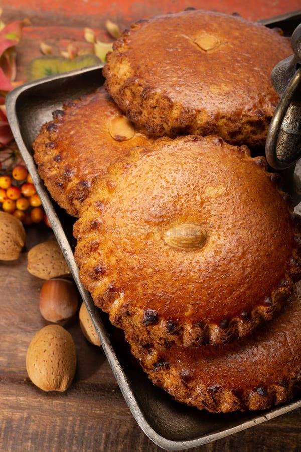 As cookies caseiros holandesas redondas encheram-se com o maçapão e as amêndoas NU fotos de stock