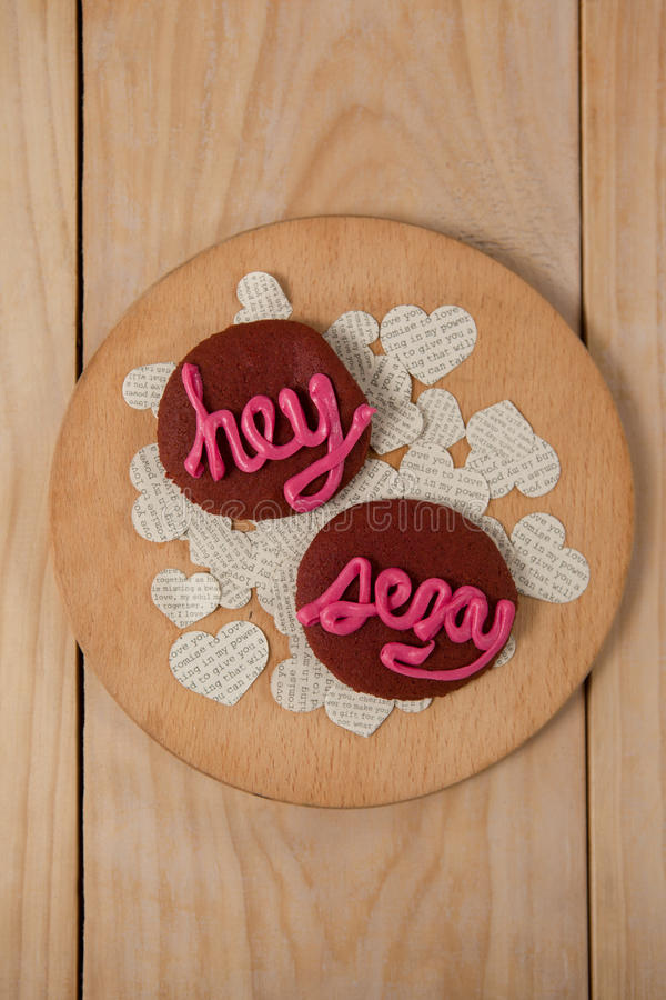 As cookies congelaram com a indicação cor-de-rosa do creme hey 'sexy' foto de stock