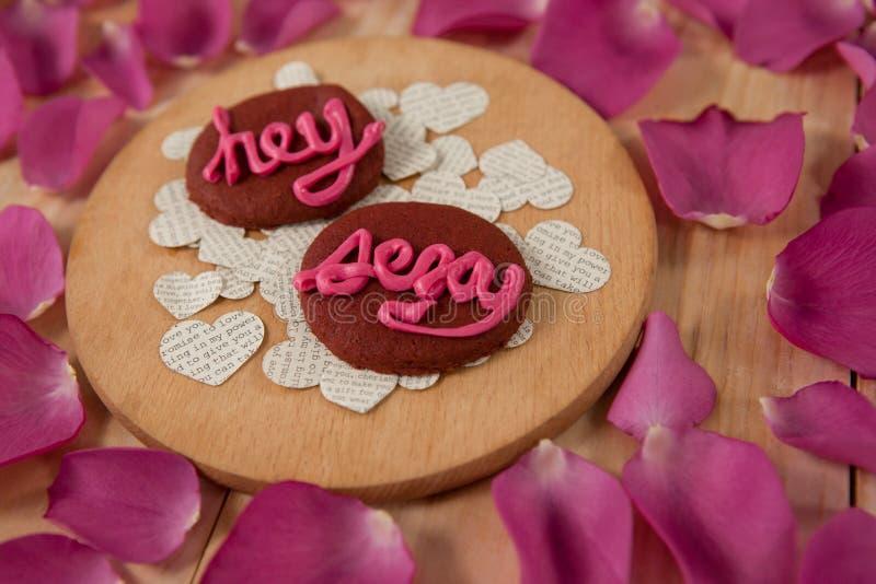 As cookies congelaram com a indicação cor-de-rosa do creme hey 'sexy' foto de stock royalty free
